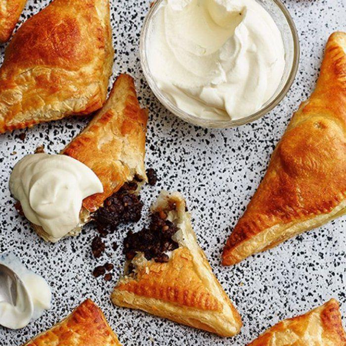 На фото Шоколадно-ореховые пирожки из слоеного теста в духовке