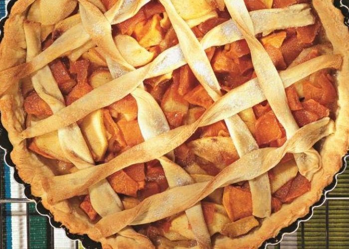 На фото Большой пирог с тыквой и яблоками