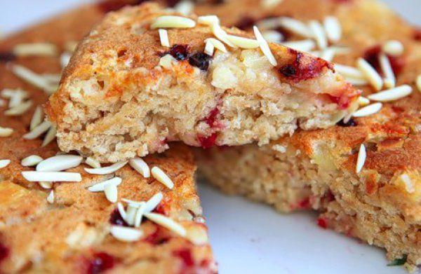 На фото Постный пирог с брусникой и яблоками