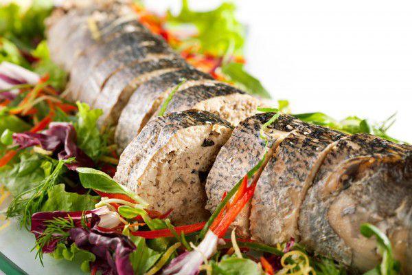 На фото Фаршированная рыба с хлебной начинкой на Новый год