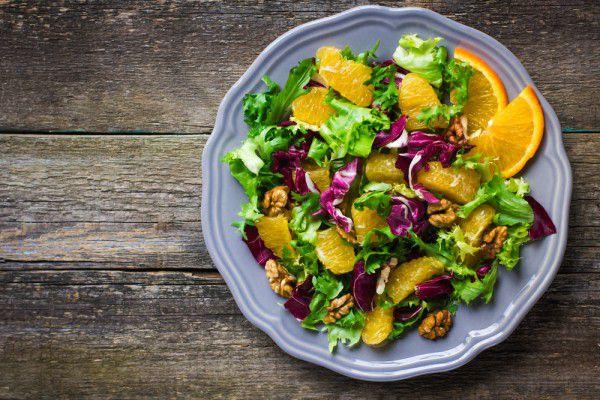 На фото Постный салат с апельсинами и орехами