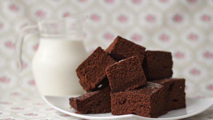 На фото Подборка рецептов: Шоколадный бисквит в мультиварке