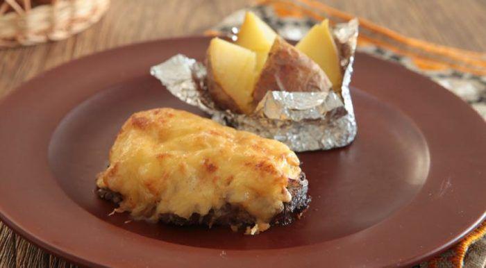 На фото Вкусное мягкое мясо по-французски с картошкой в духовке