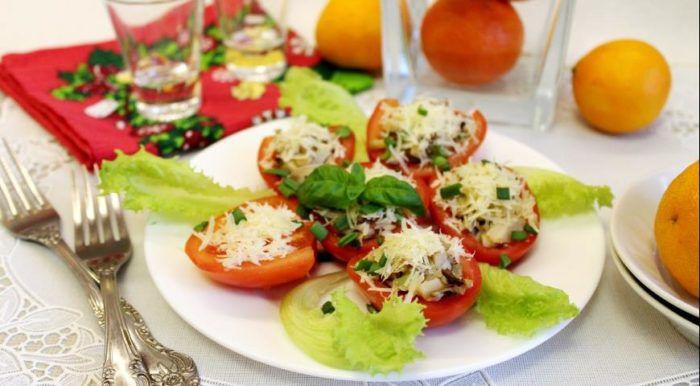На фото Фаршированные томаты с грибами