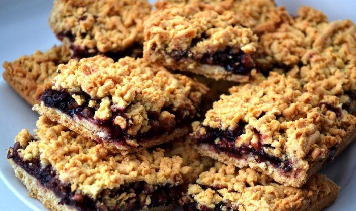 На фото Пирог «Тертое печенье» с вареньем