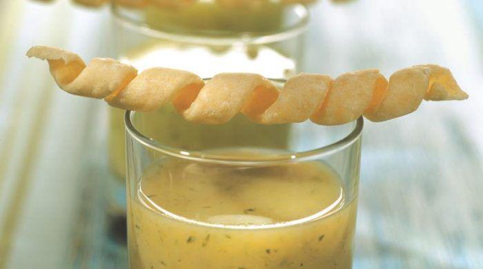 На фото Холодный суп вишисуаз из петрушки с сырными палочками