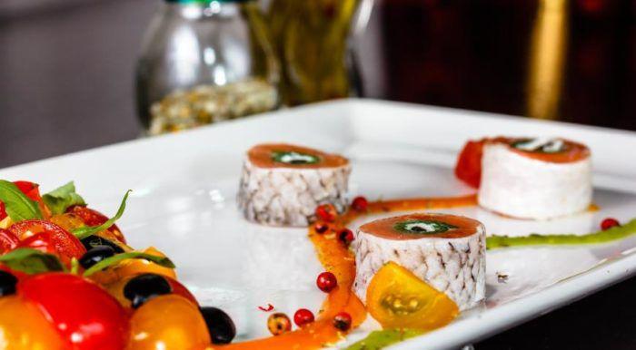 На фото Ролл с копченым лососем и томатами