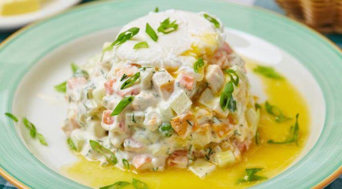 На фото Очень вкусный салат оливье с курицей и яйцом пашот