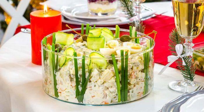 На фото Любимый салат «Оливье» со свежим огурцом и языком
