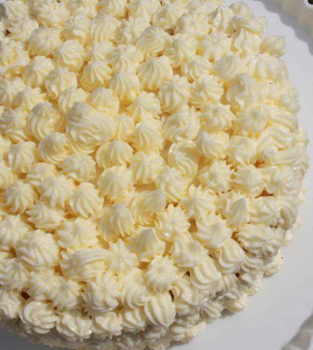 На фото Масляный крем для торта на сгущенном молоке