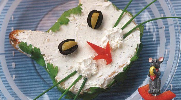 На фото Домашний сэндвич с сыром и ветчиной в виде кошачьей мордочки