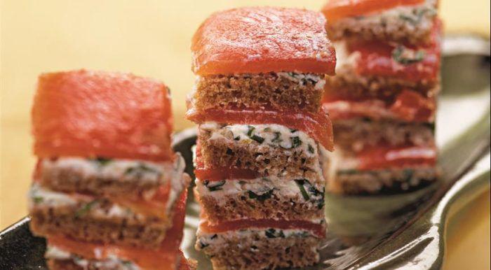На фото Очень вкусная закуска из копченого лосося