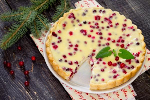 На фото Новогодний пирог с клюквой и сметаной