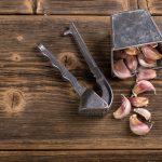 Зачем палочка и сквозное отверстие в прессе для чеснока