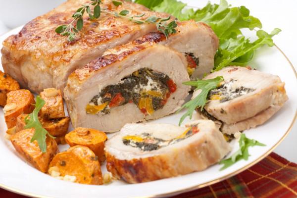 На фото Мясной рулет с овощами