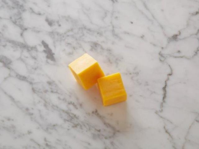 Сыр чеддер с низким содержанием жира Два 28-граммовых кубика = 100 калорий