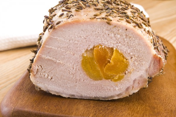 На фото Рулет из свинины с курагой и розмарином
