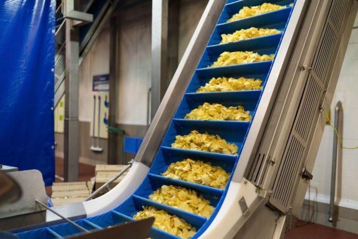 На фото Как делают чипсы