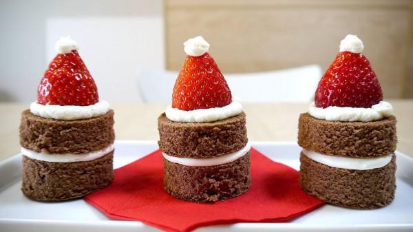На фото Как приготовить пирожные Шапка Санта-Клауса
