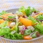 Рецепт Салат с хурмой, сыром и орехами