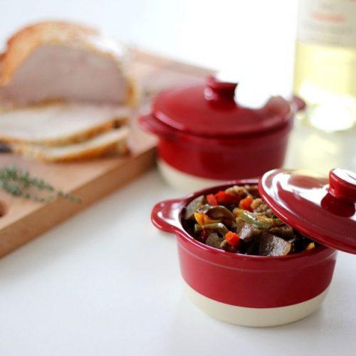 На фото Красный жареный болгарский перец с баклажанами, тушенный в белом вине