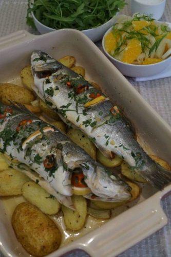На фото Сибас, запеченный с картофелем