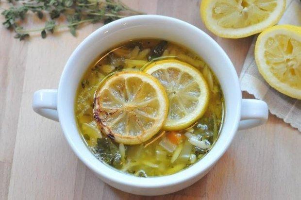 На фото Куриный суп с лимоном