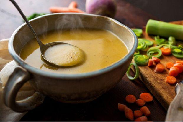 На фото Суп из репы, моркови и картофеля с зеленым луком