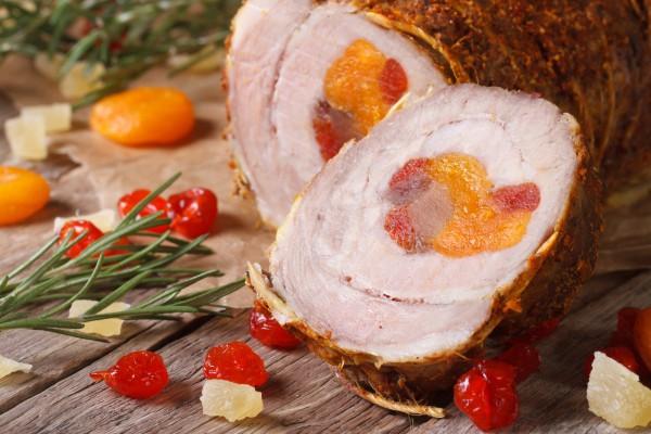 На фото Рулет из свинины с курагой и вишней