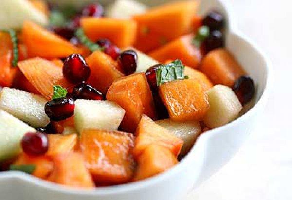 На фото Фруктовый салат из хурмы, яблок и граната