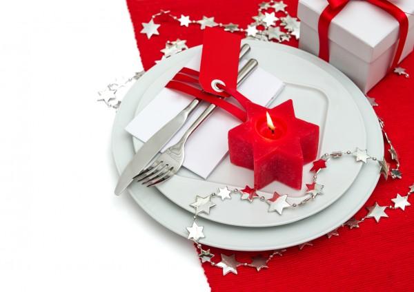 На фото Сервировка новогоднего стола: идеи декора свечами