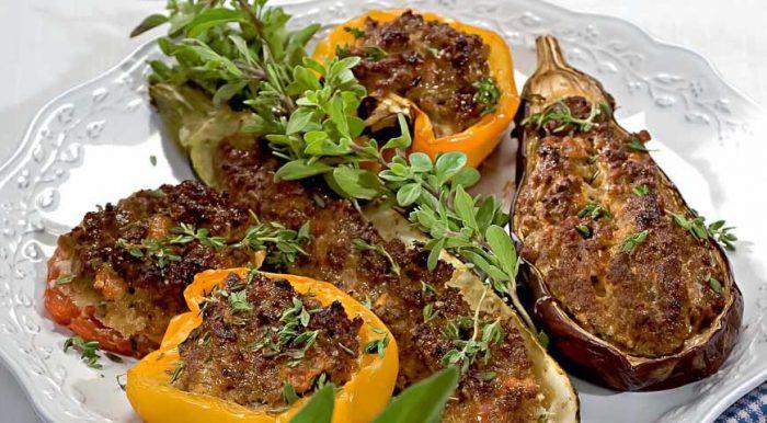 На фото Фаршированные овощи в духовке
