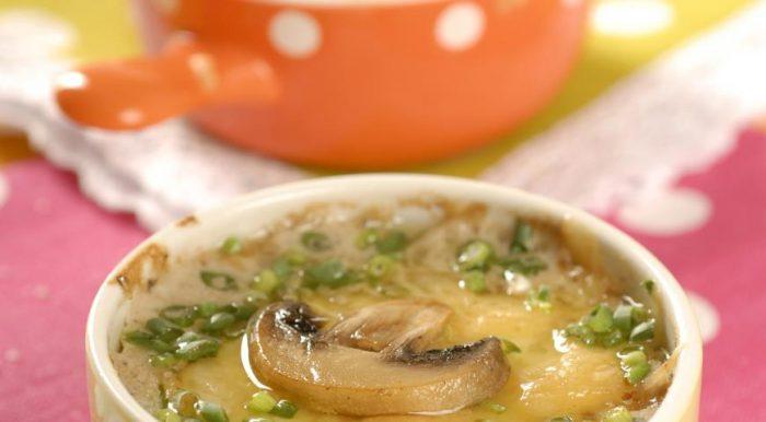 На фото Классический жульен с грибами и сыром в духовке