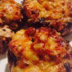 Рецепт Жульен с курицей в горшочках из грибных шляпок