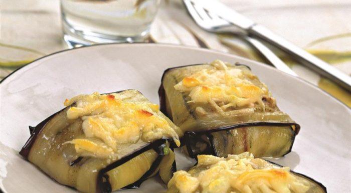 На фото Маленькие конвертики с творогом, с сыром и чесноком