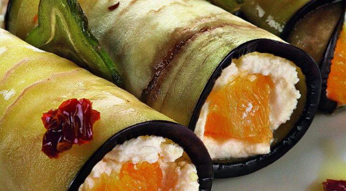 На фото Баклажановые рулетики с начинкой из рикотты и апельсином