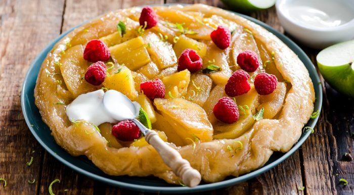 На фото Слоеный яблочный пирог в духовке