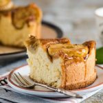 Рецепт Очень вкусная шарлотка с яблоками и карамелью