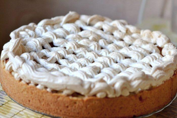 На фото Необычайно вкусный пирог с вишней, лаймом и безе на оливковом масле