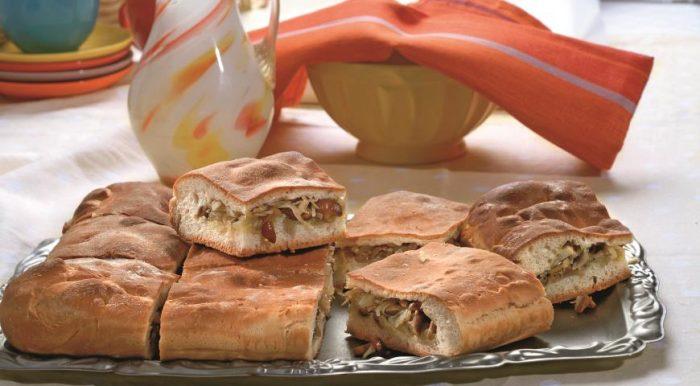 На фото Вкусный пирог с капустой из дрожжевого теста с грибами