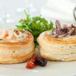 Рецепт Волованы из слоеного теста с начинкой морской жульен