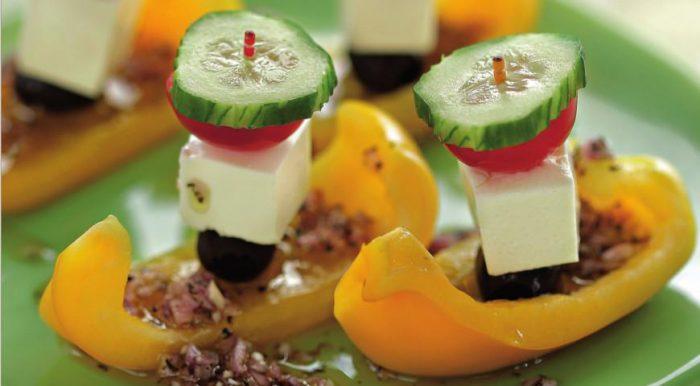 На фото Необычайно красивый греческий салат в домашних условиях