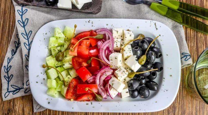На фото Греческий салат с брынзой