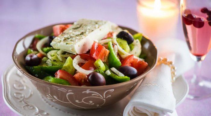 На фото Греческий салат с фетаксой