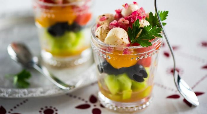 На фото Греческий салат с моцареллой и помидорами