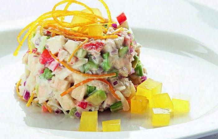 На фото Апельсиновый салат с крабовым мясом