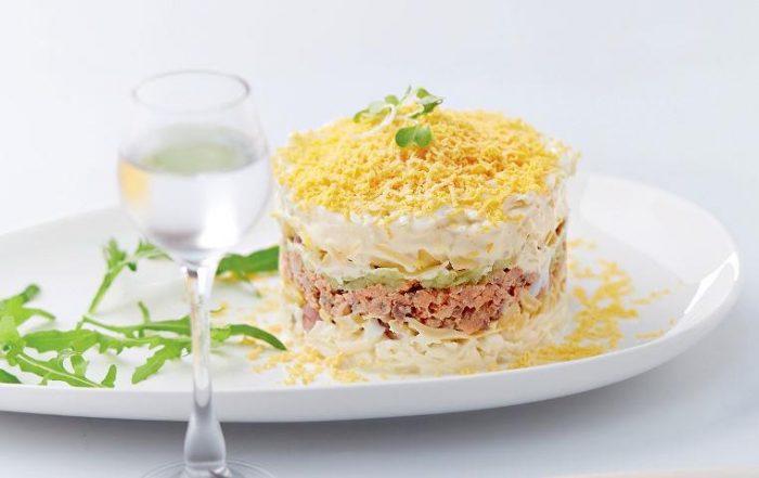 На фото Салат Мимоза классический, с сыром и маслом