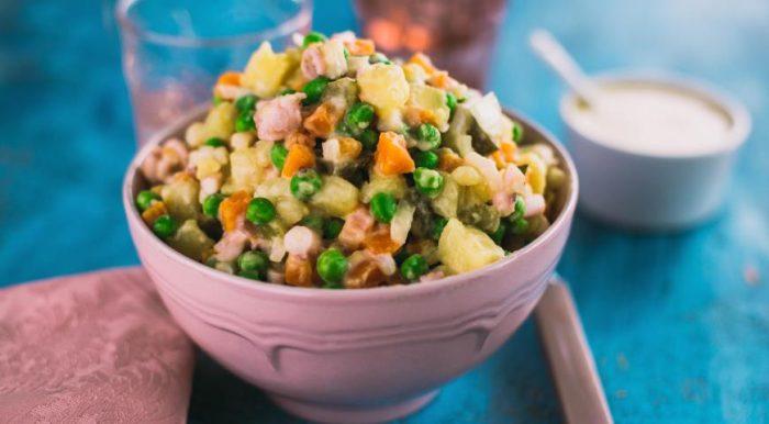 На фото Вкусный новогодний салат Оливье