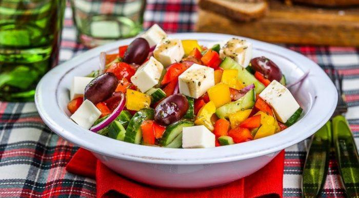 На фото Греческий салат классический (пошаговый вариант приготовления)
