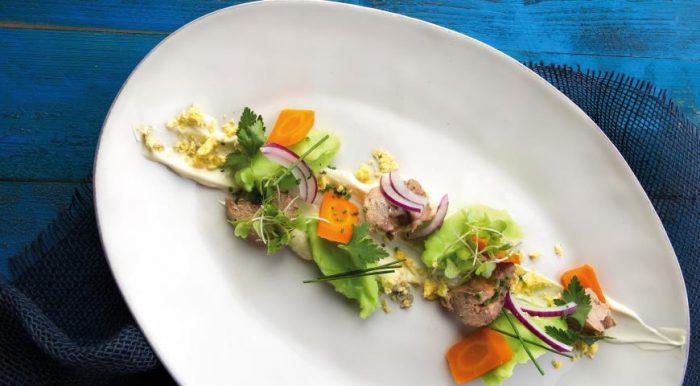 На фото Простой салат из печени трески консервированной
